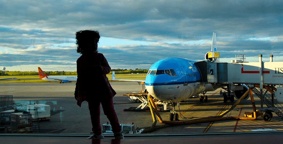 Tips para viajar en avión con niños pequeños