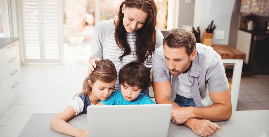 Familia elaborando plan familiar para desastre o emergencia